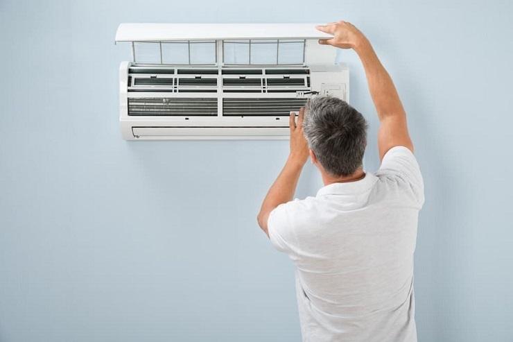 エアコンの全面パネルを開ける