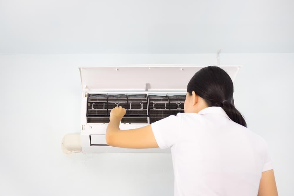 エアコン掃除をする女性