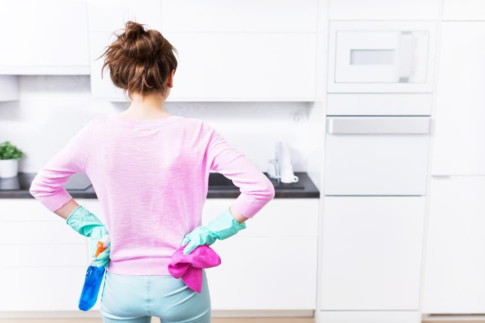 台所掃除する人