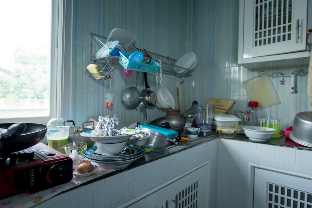散らかるキッチン