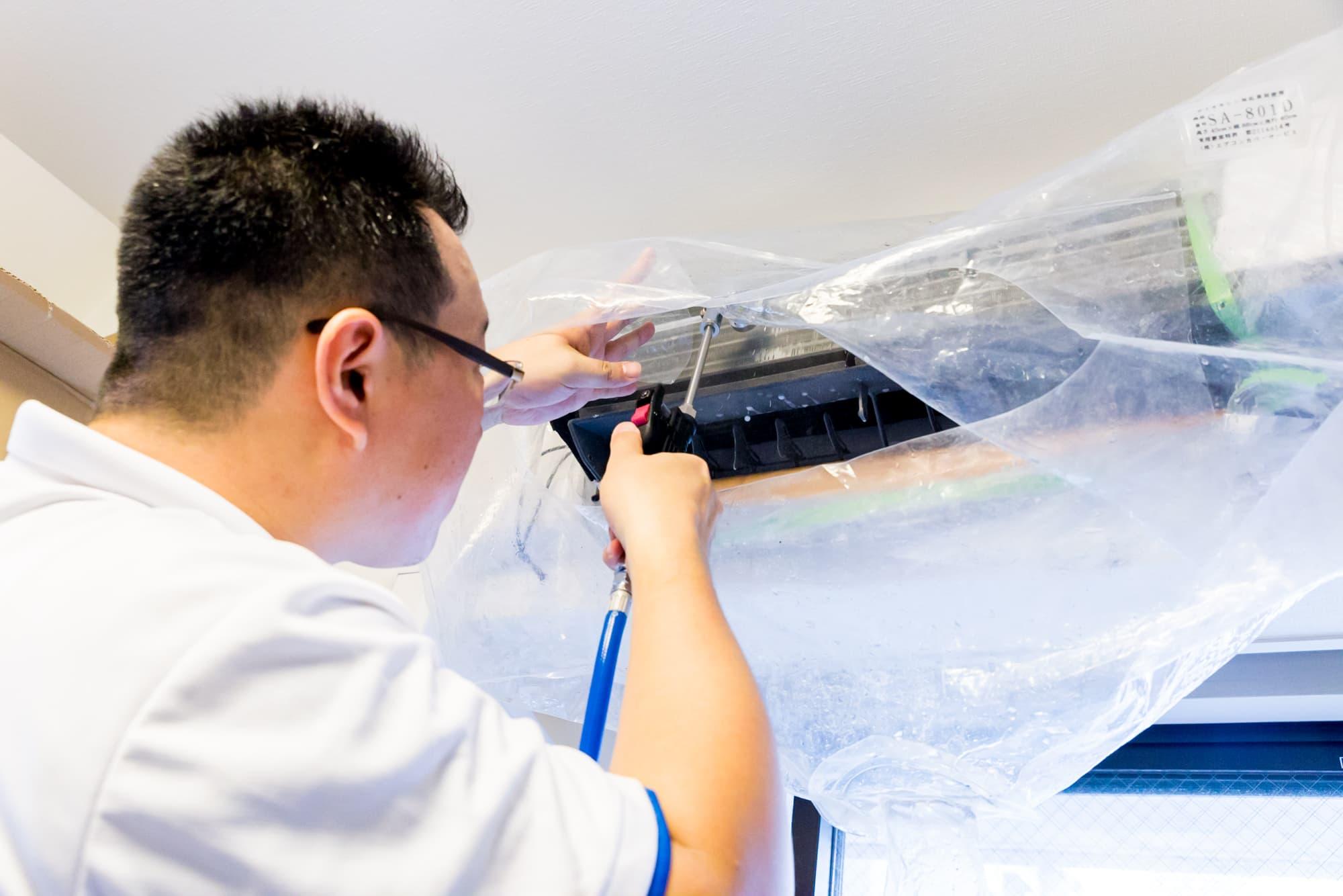 エアコン掃除をしている実際のプロの写真