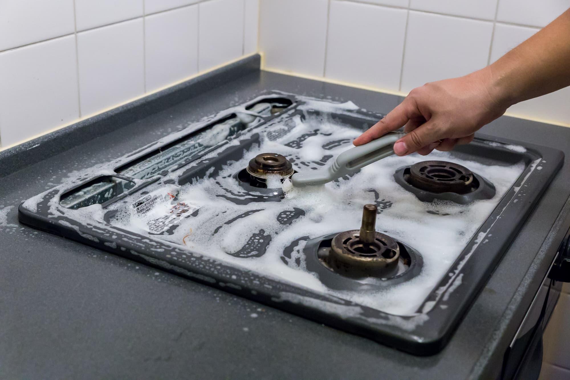 ガスコンロ汚れを落とすプロの技!プロから学ぶ掃除方法 - | カジタク(イオングループ)