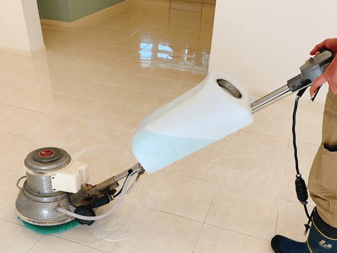業者による床掃除