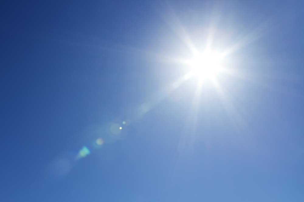 青空に眩しい太陽がでている