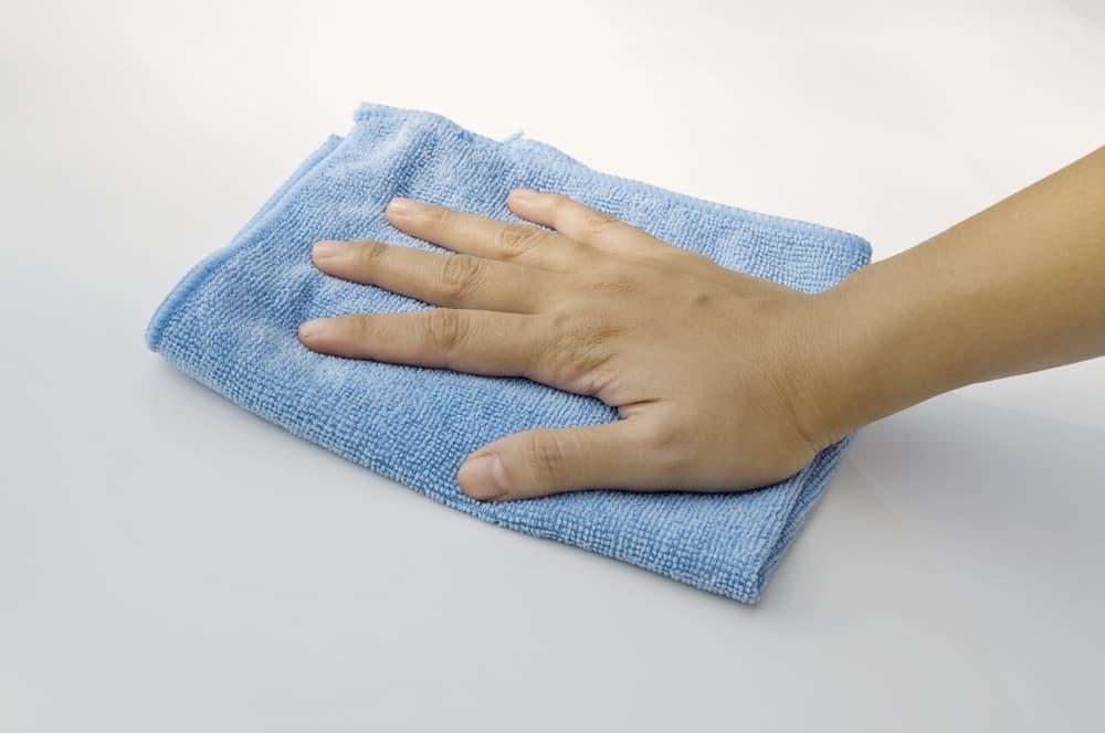 清潔なタオルで拭き掃除をしている