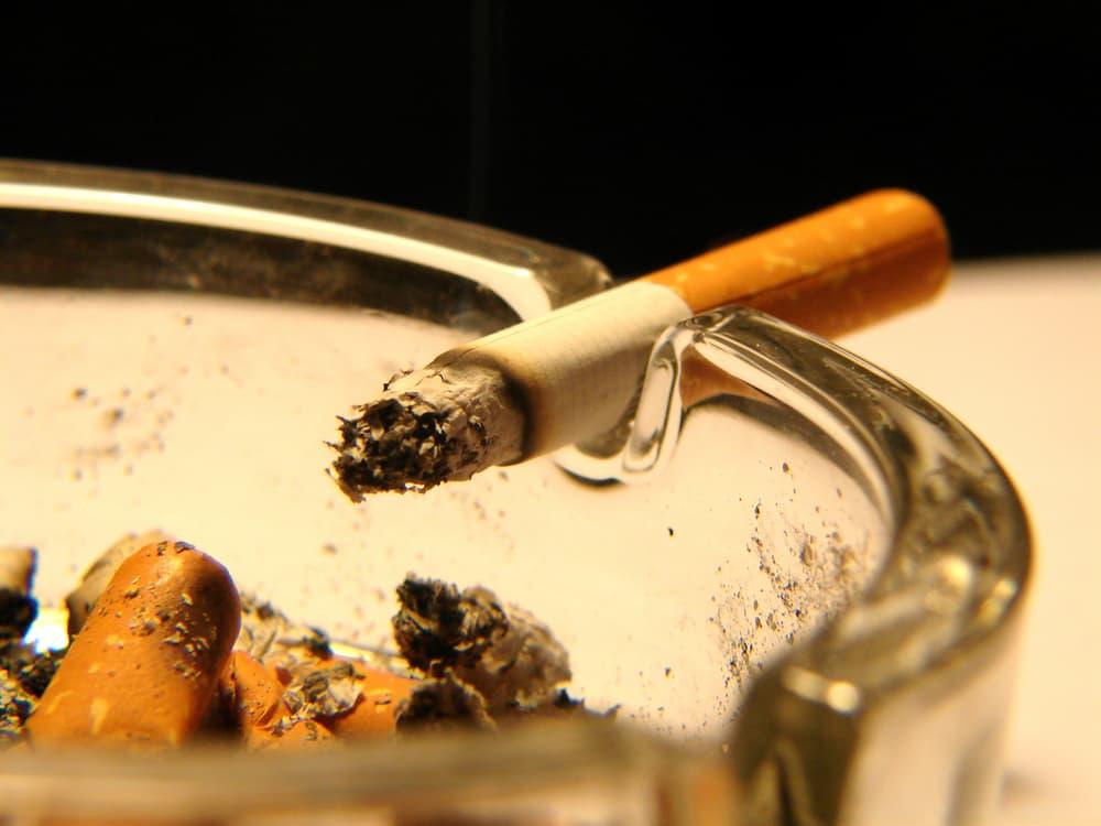 灰皿に置かれたタバコのアップ