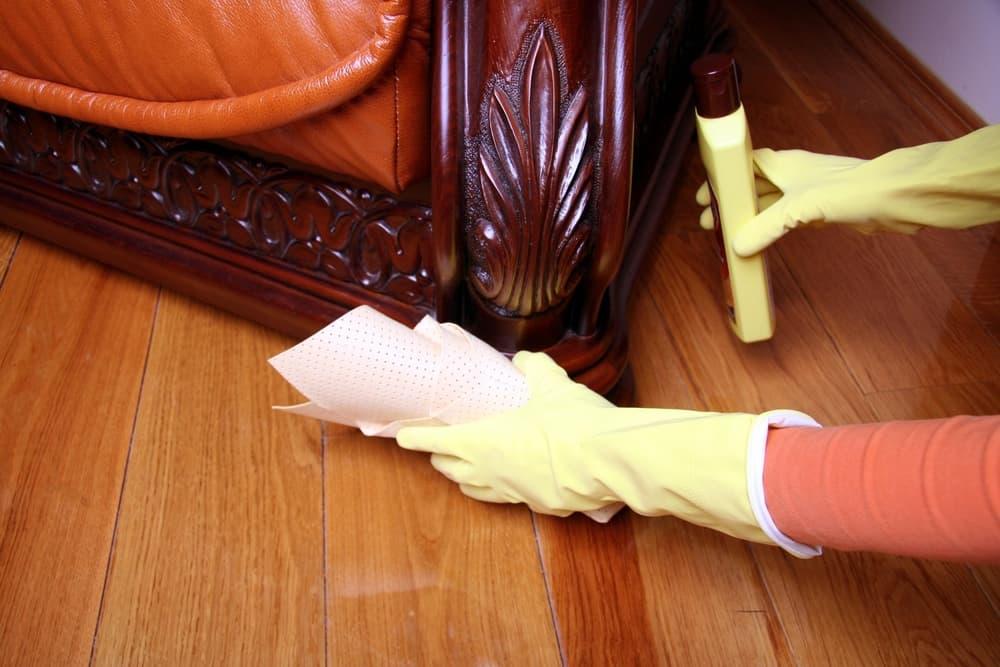 お部屋の家具周りのお掃除をしている