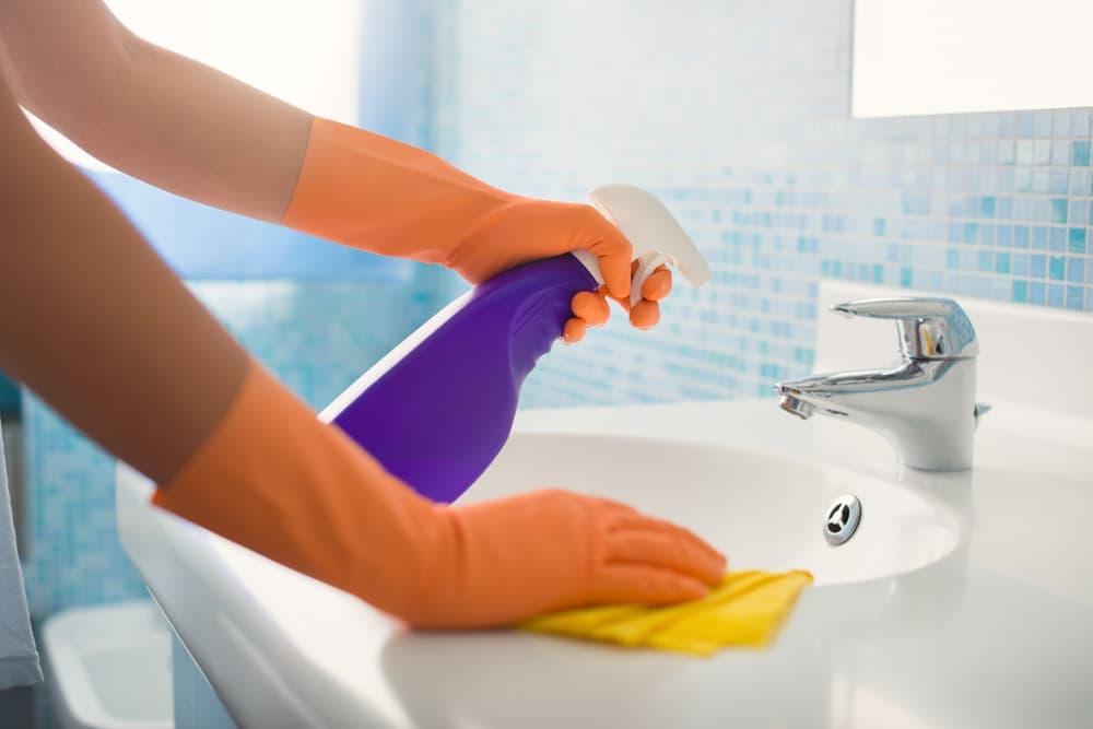 洗面所に洗剤を噴きかけている