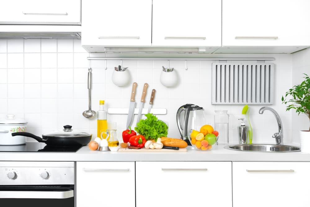 野菜やフライパンが置かれているキッチン