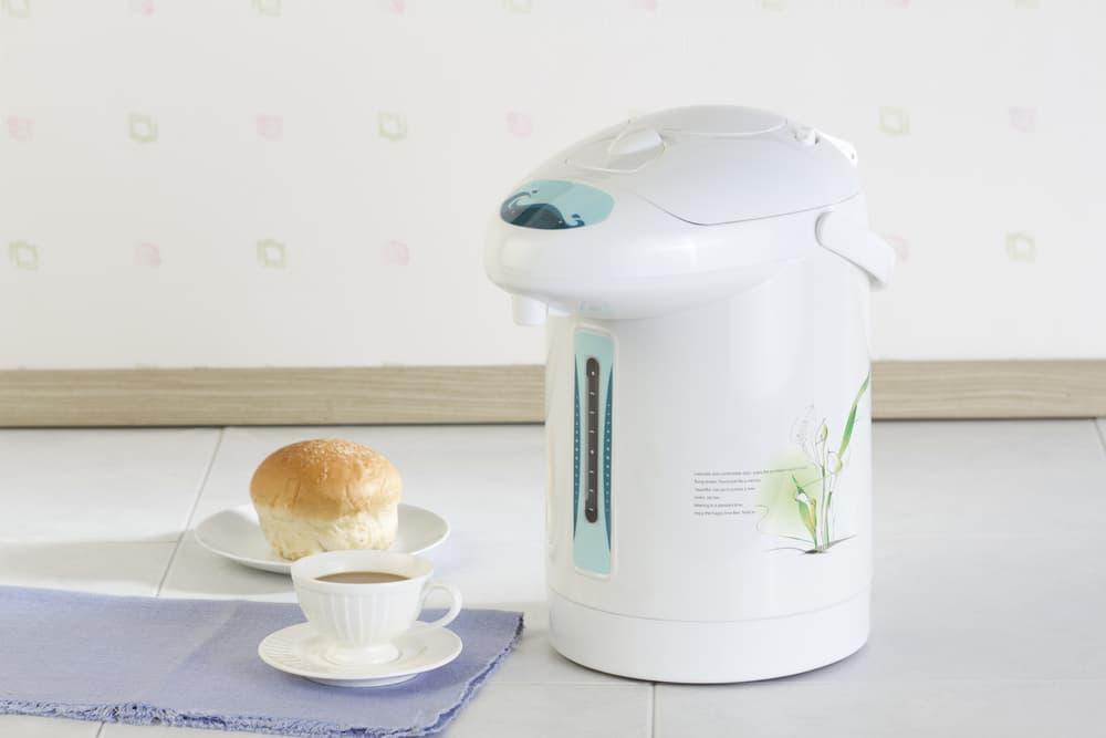 電気ポットとパンとコーヒー