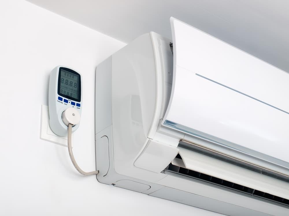 エアコンとエアコンの電源プラグ