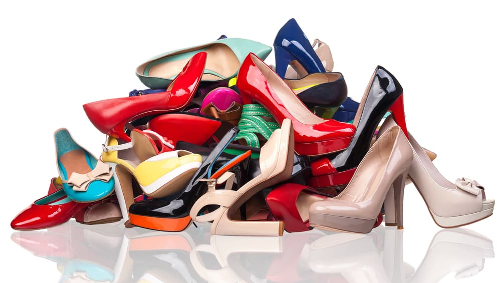 たくさんの靴が積み重なっている