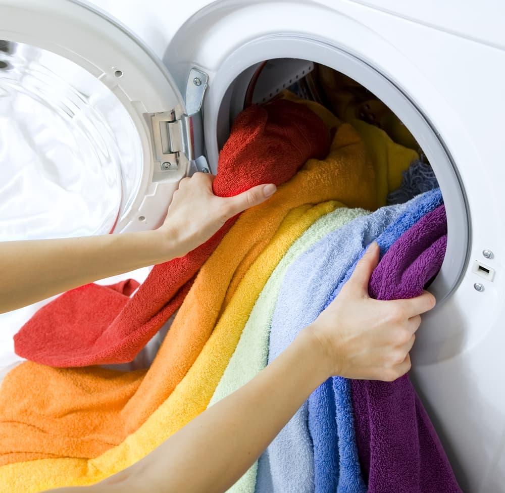 洗濯機から洗濯物を取り出そうとしている