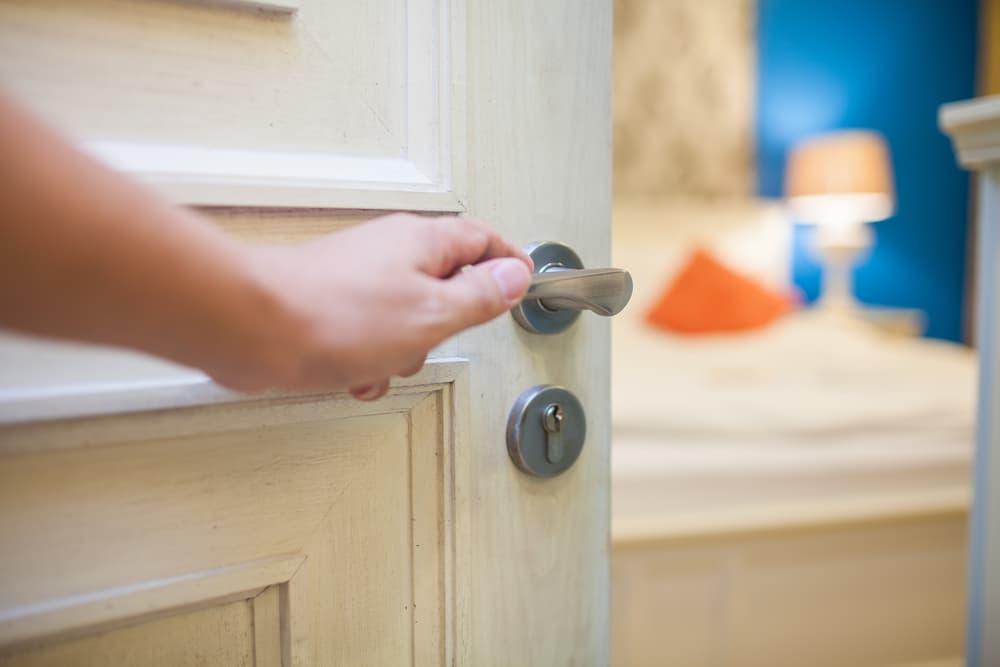 木でできた部屋のドアを開ける