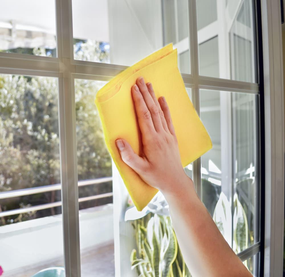 窓を拭いている