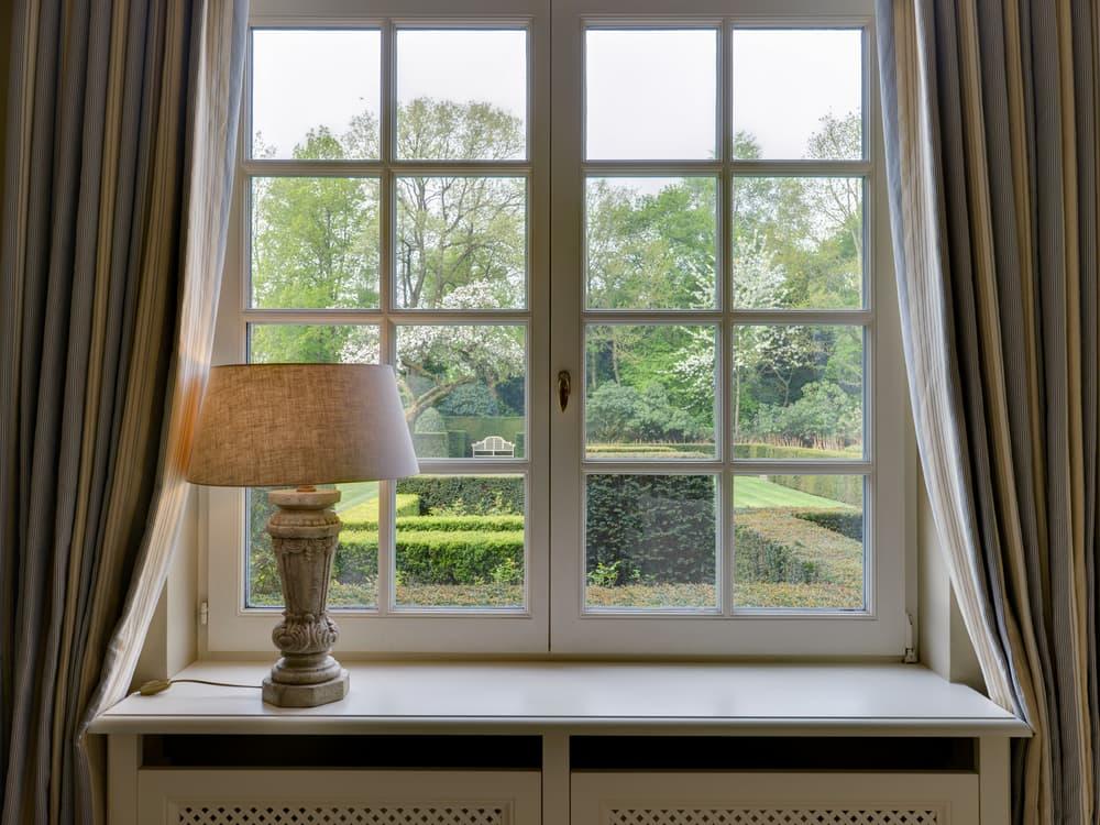 木枠の窓枠のついたガラス窓