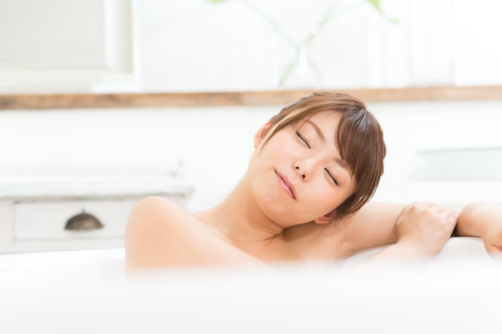 浴室で入浴している女性