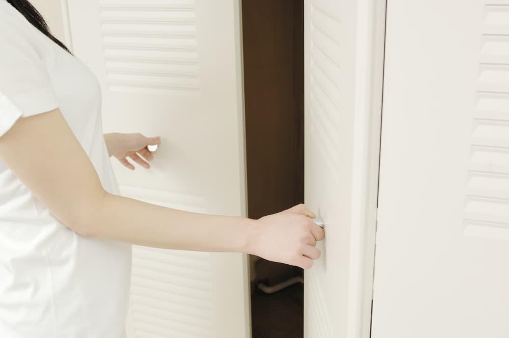 クローゼットの扉を開けようとしている