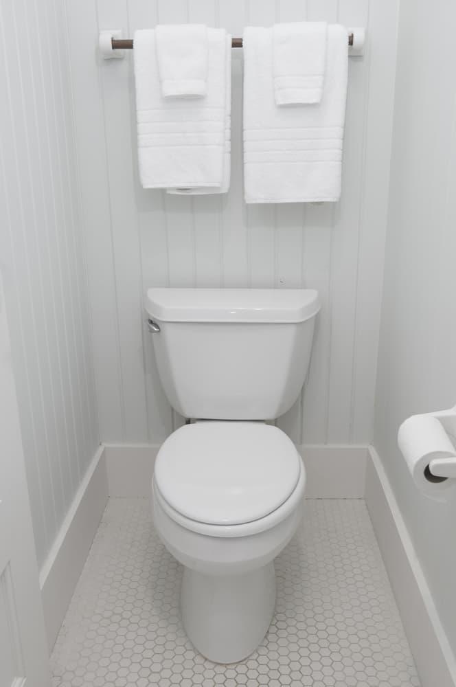 蓋の閉まった状態の清潔感のあるトイレ