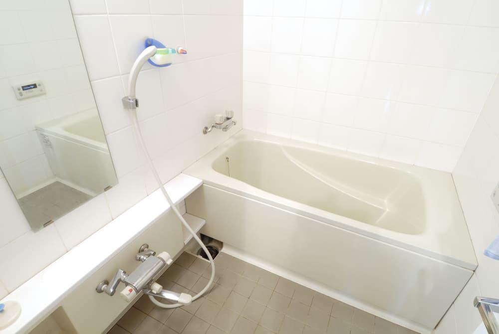 真っ白でキレイな浴室