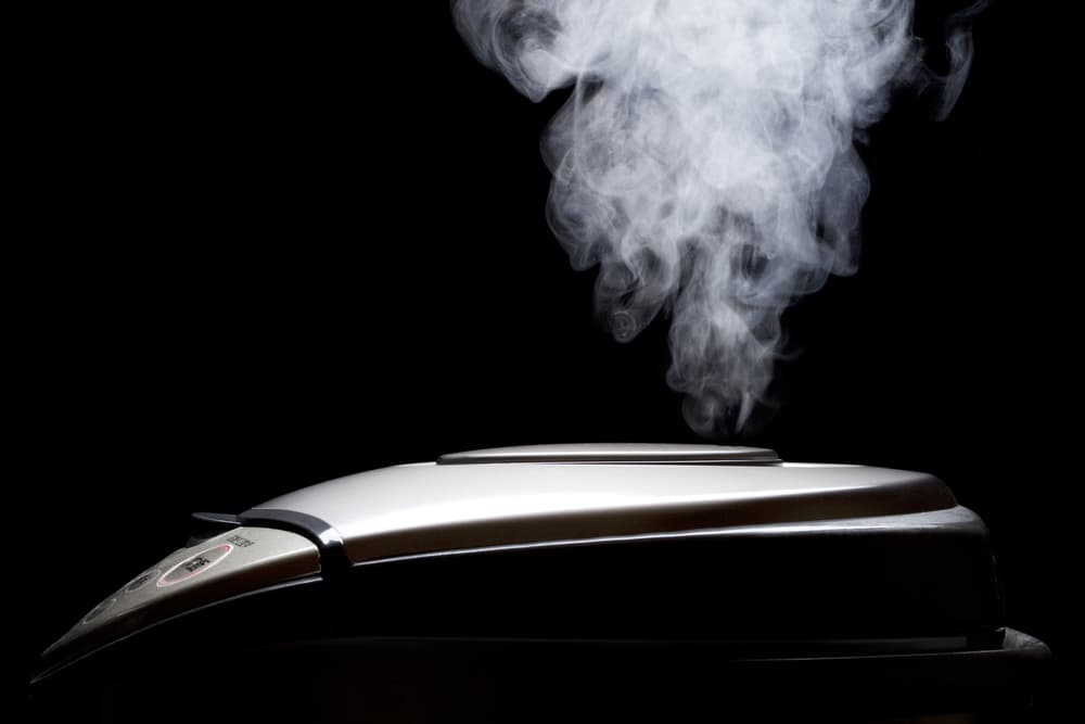 炊飯器から蒸気がでている