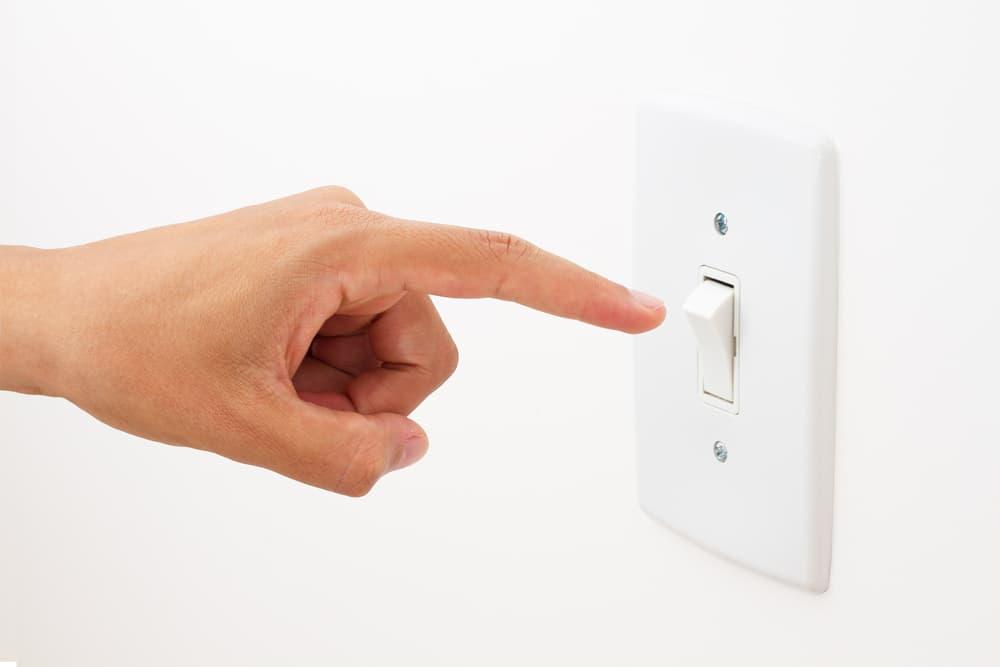 スイッチを消している手