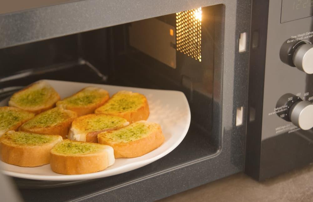 フランスパンを電子レンジで温めている