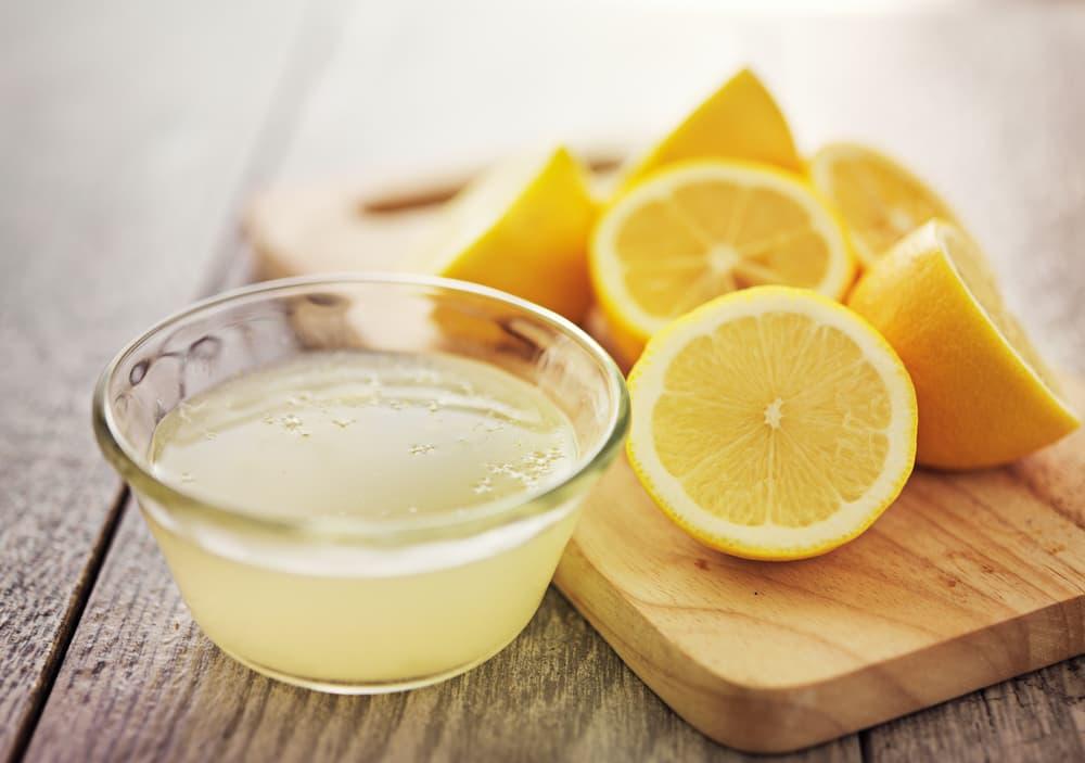 レモン汁と切ったレモン