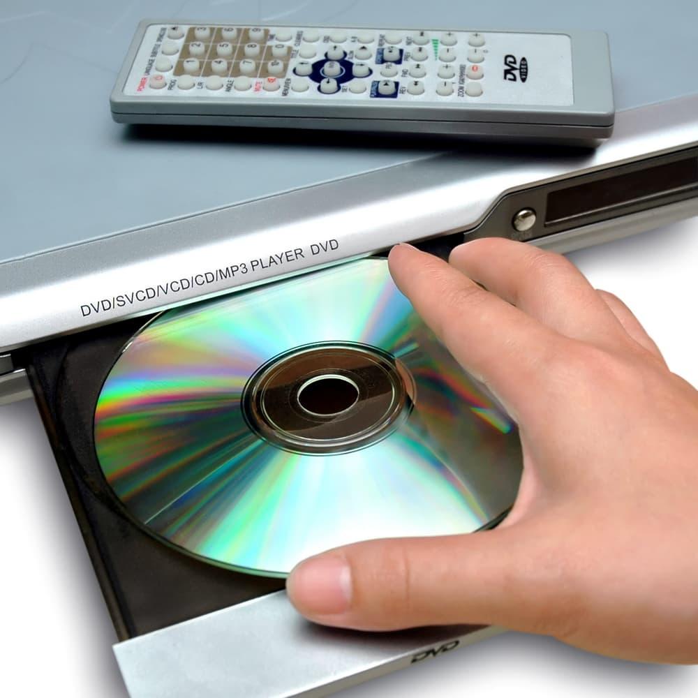 DVDレコーダーからDVDを取り出そうとしている