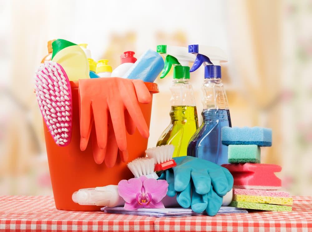 たくさんの洗剤とお掃除道具が集まっている