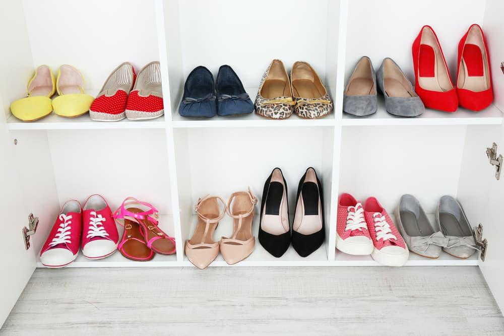 女性の靴が並んでいる