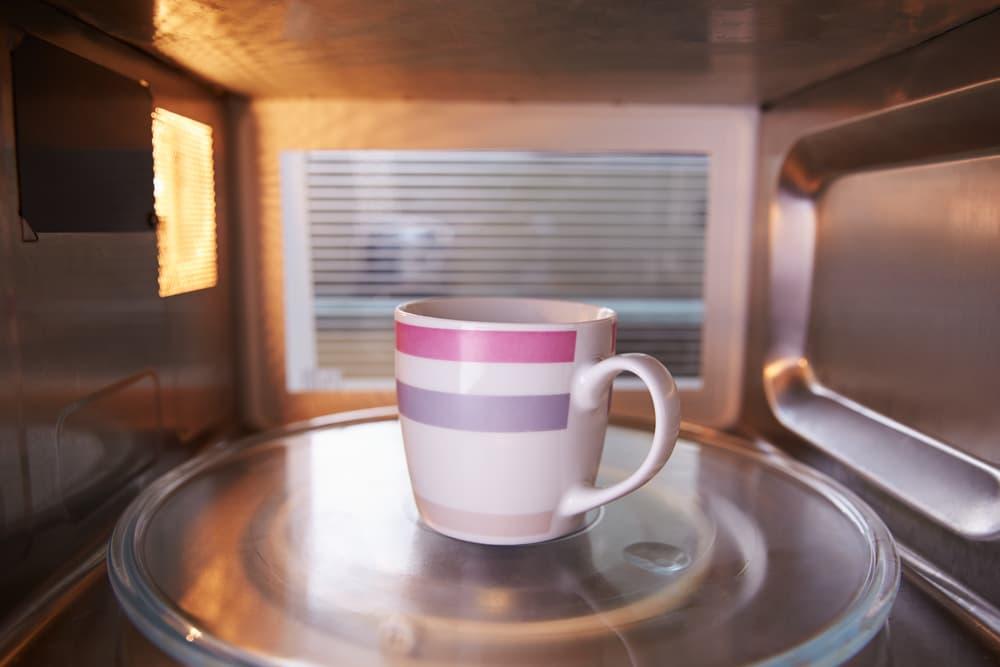 マグカップを電子レンジで温めている