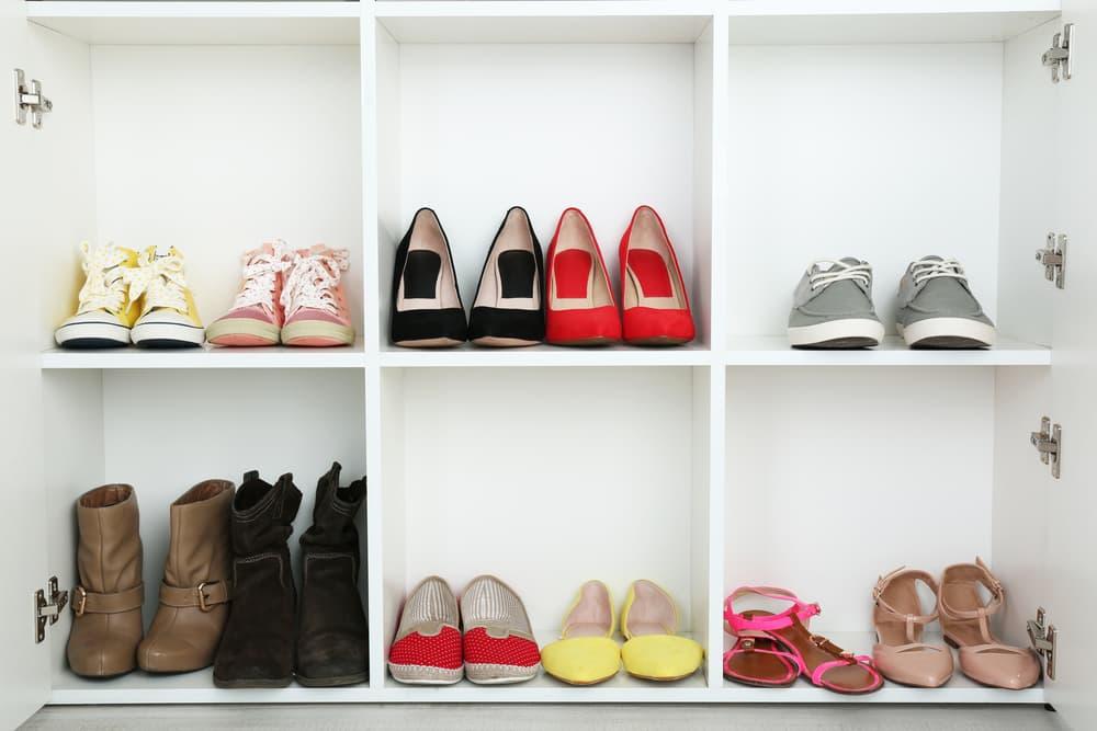 様々なタイプの靴が収納されているカラーボックス