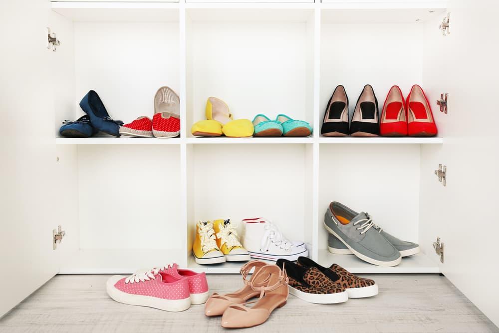 靴箱の中を整理しようと靴を出している