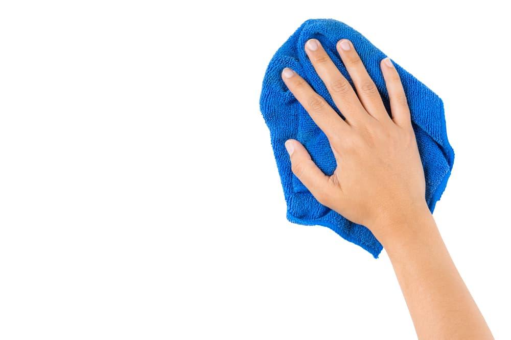 タオルで拭き掃除をしている手