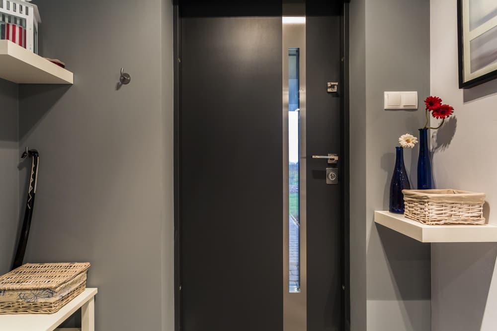 金属で作られた玄関ドア