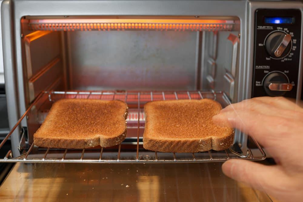 パンを焼いている