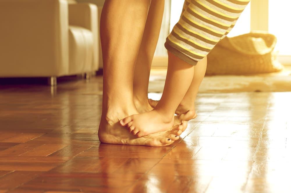 親子の足とフローリング
