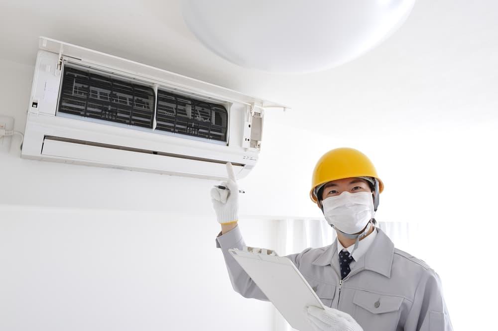 エアコンを開けている専門業者