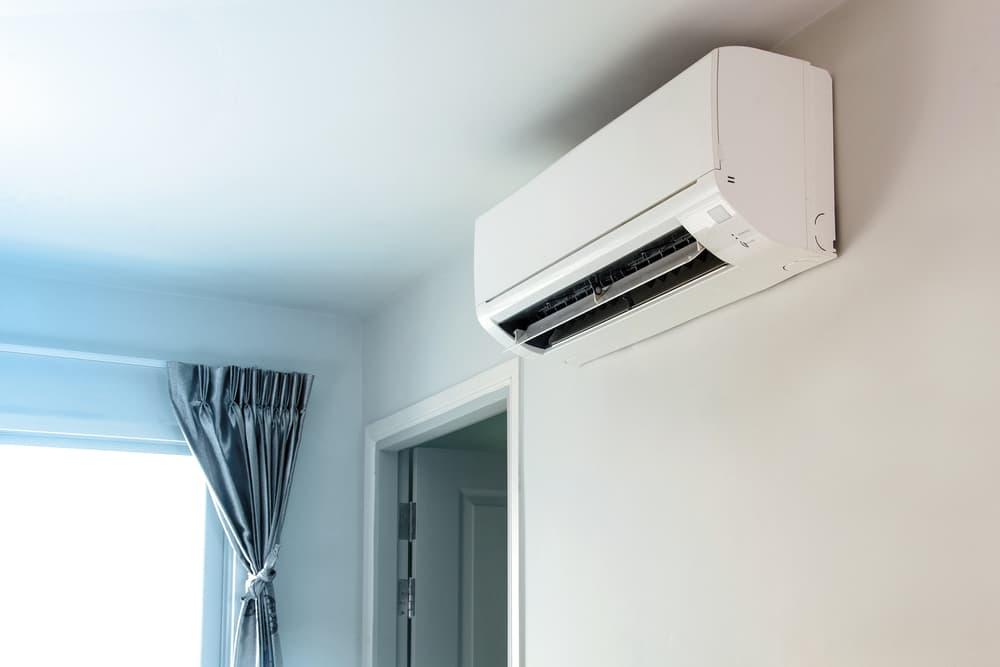 お部屋についた綺麗で清潔感のあるエアコン