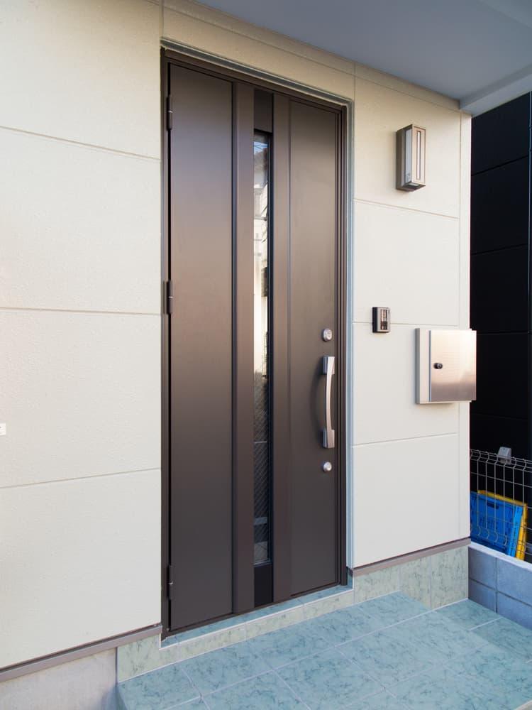 一般家庭に取り付けられている玄関ドア