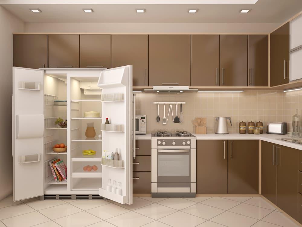 扉の開いた冷蔵庫のあるキッチン