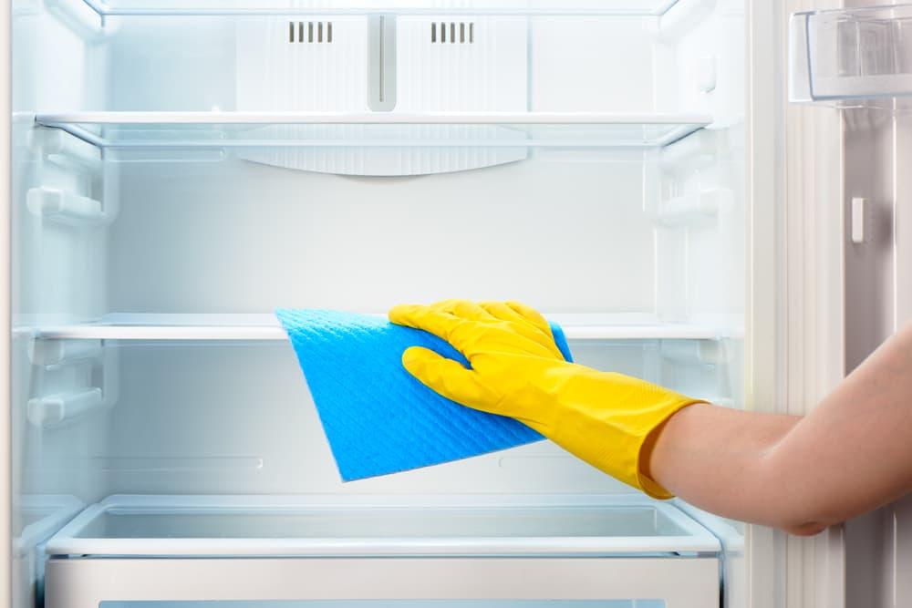 冷蔵庫内を掃除している
