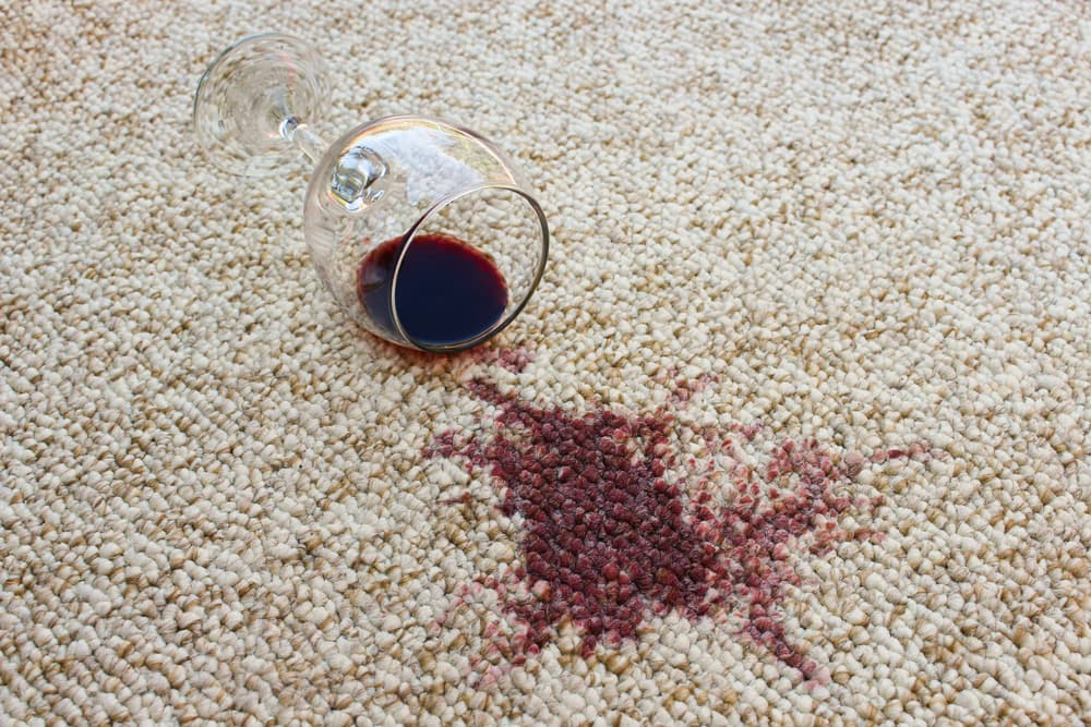 カーペットにワインがこぼれている