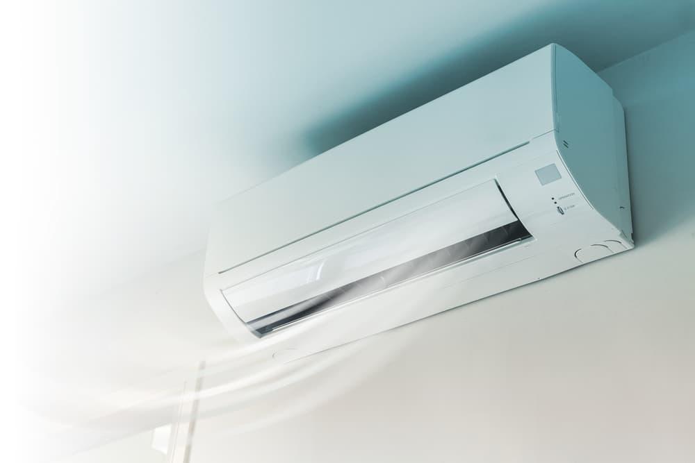 エアコンがホコリ臭い?万全なエアコンのホコリ対策で年中快適な生活環境 - お役立ちコラム | 家事の宅配 カジタク(イオングループ)