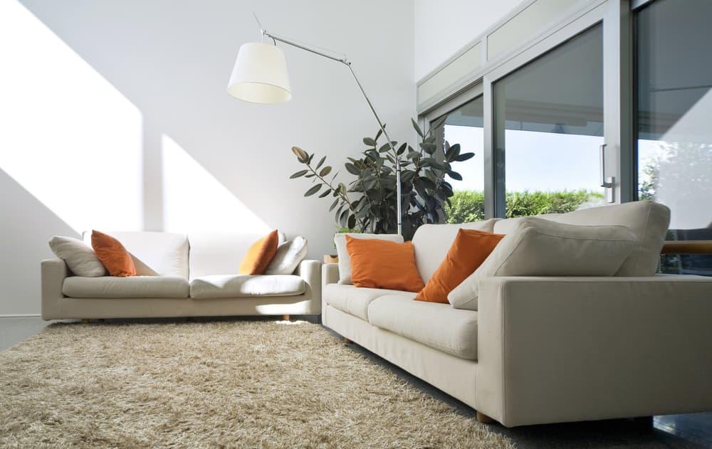 カーペットとソファのある部屋