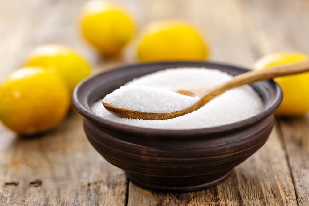 粉末状のクエン酸とレモン