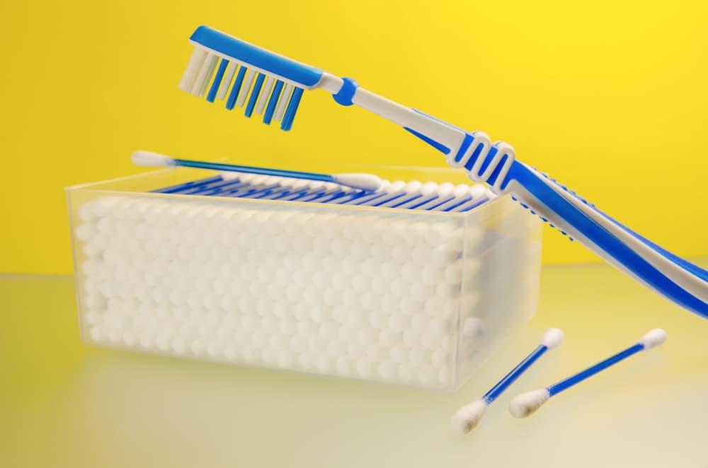 掃除に使う歯ブラシと綿棒