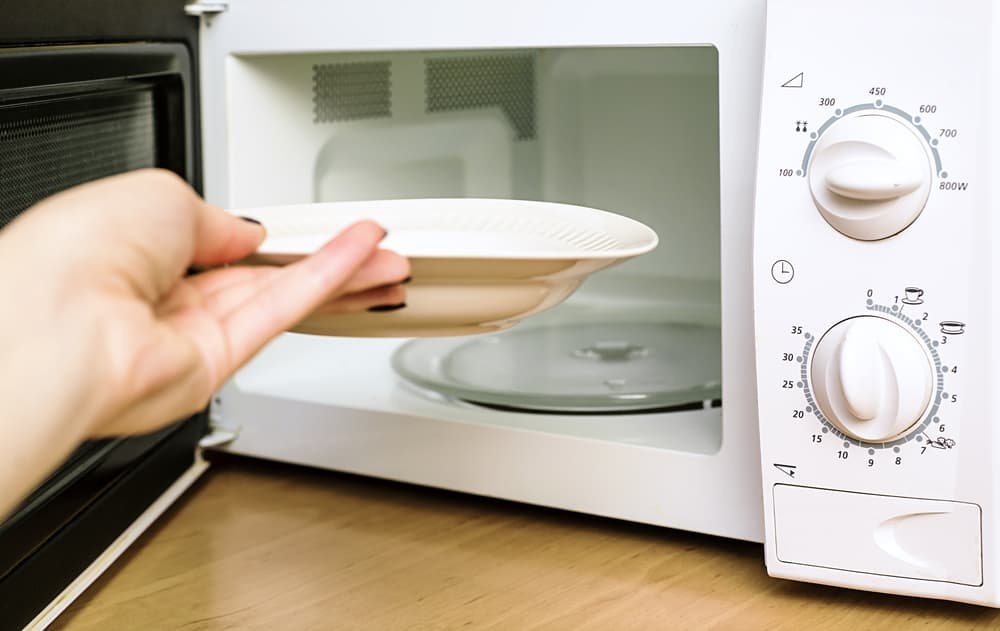 電子レンジからお皿を取り出している
