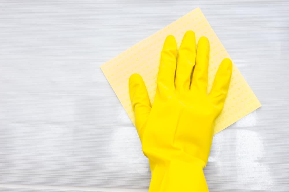 布巾で床の拭き掃除をしている